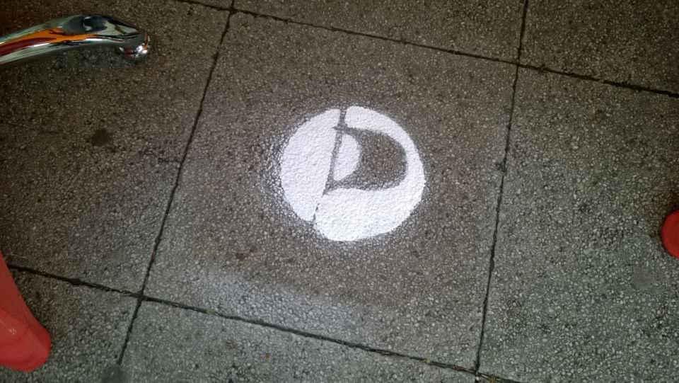 Das Piraten-Signet in Sprühkreide auf dem Boden