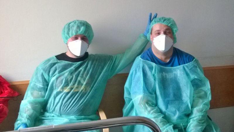 Besuch im Krankenhaus in Schutzkleidung