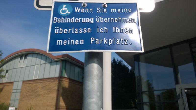 Schild gefunden an einem Behindertenparkplatz <3