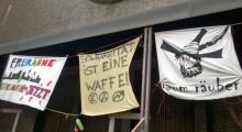 Drei Banner außen am Gebäude