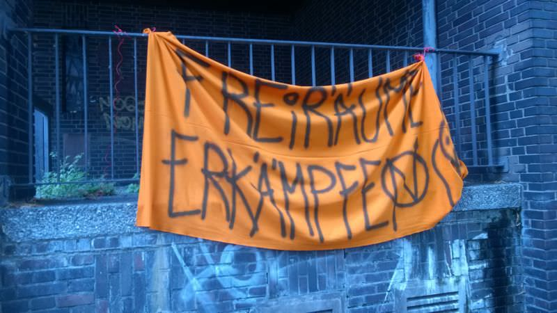 Weiteres Banner außen am Gebäude