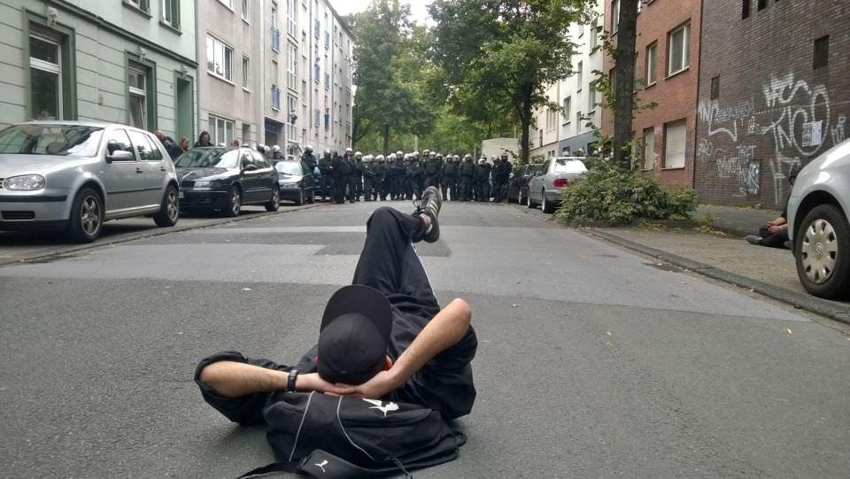 Direkt vor dem besetzten Gebäude in der Enscheder Str.15 - Avanti Zentrum