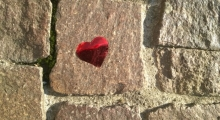 Ein Herz aus Folie auf dem Boden liegend