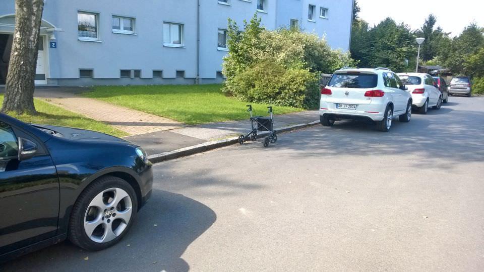 Rollator 'eingeparkt' zwischen zwei Autos