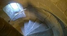 Enge Wendeltreppe im Turm der Kirche