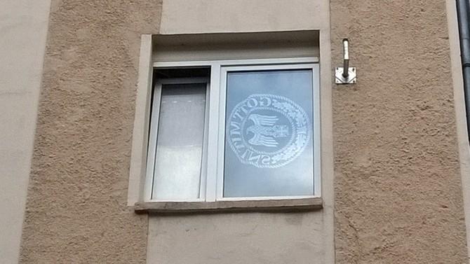 Transparent mit Abbildung einer Gürtelschnalle der Nazis im III Reich