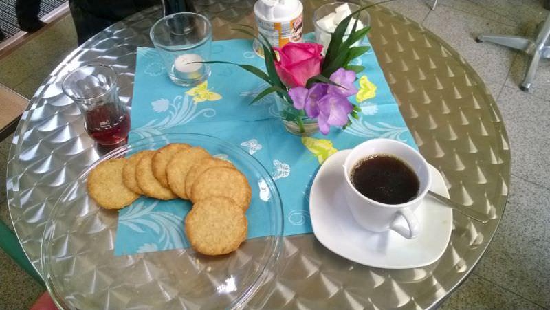 Tisch mit Kaffe, Tee und Keksen
