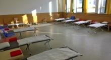 Klassenzimmer mit Betten für Geflüchtete