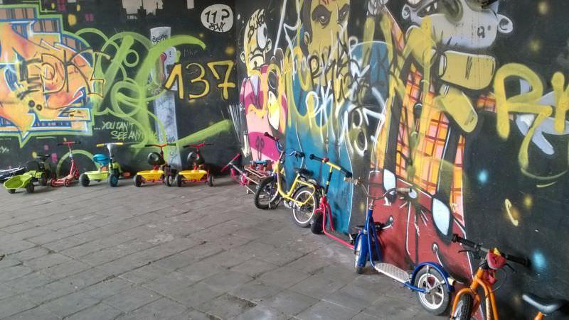 Roller, Skates und Bobby Cars für Kinder der Geflüchteten