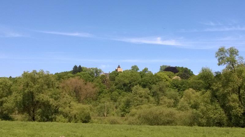 Im Zeichen der Burg ganz oben auf dem Hügel.