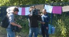 Ein Kamerateam interviewt einen der Refugees