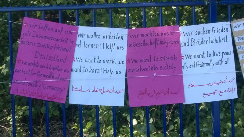 Auszug der am Camp hängenden Schilder mit Texten der Refugees