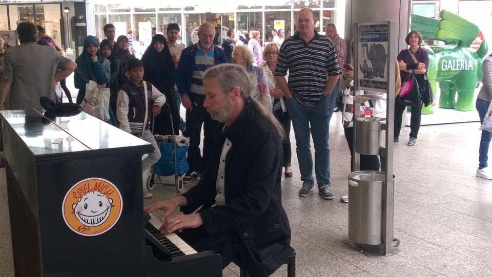 Klavierspieler vor einem Kaufhaus in Dortmund