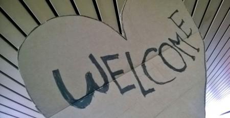 Schild mit herz und Welcome drauf.