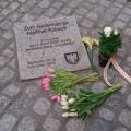 Der Gedenkstein von Mehmet Kubasik in Dortmund mit Blumen zum Gedenken