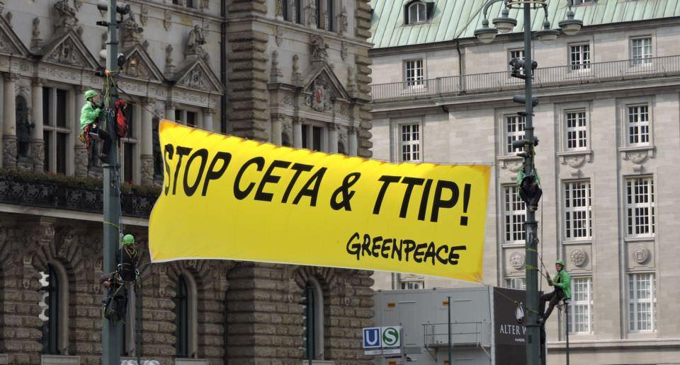 Greenpeace Aktivisten zeigen Banner gegen TTIP in Hamburg