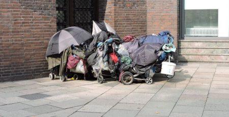 Hab und Gut in Einkaufswagen von Menschen ohne Wohnung in Hamburg