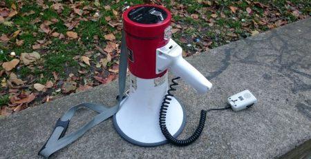 Ein Megaphone auf dem Boden stehend