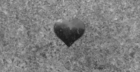 Ein Herz aus Folie auf dem Boden liegend zu Schwarz/Weiß konvertiert,