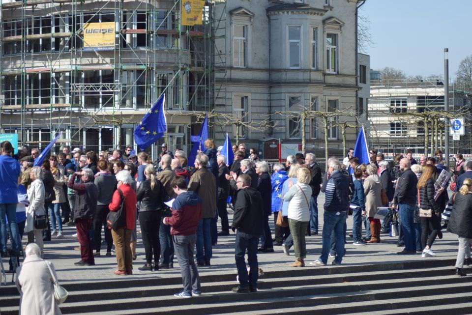 Teilnehmende bei Pulse of Europe in Dortmund am Phoenixsee