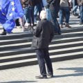 Mann mit EU Fahne in Hörde bei Pulese Of Europe