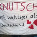Demobanner mit Spruch: Knutschen ist wichtiger als Deutschland.