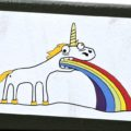 das Bild zeigt in in regenbogenfarben kotzendes Einhorn