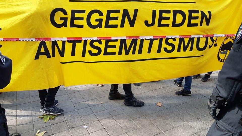 Banner mit der Aufschrift: Gegen jeden Antisemitismus.