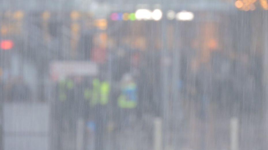 Bild einer kleinen Gruppe in strömenden Regen.