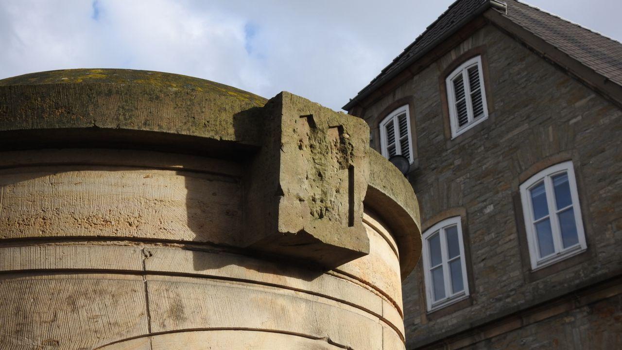SS Runen in Nähe der Burg