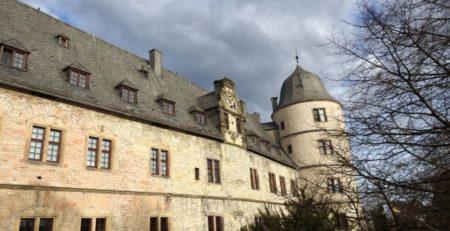 Ansicht eines Teils der Wewelsburg. Heller Sandstein und viele vierteilige Fenster.